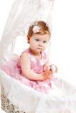 Nettes kleines Mädchen, das im Schätzchenbuggy sitzt lizenzfreies stockbild