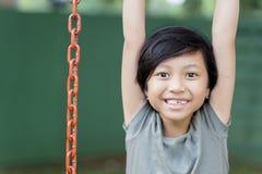 Nettes kleines Mädchen, das im Spielplatz spielt Lizenzfreies Stockfoto