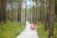 Nettes kleines Mädchen, das im Wald geht Stockfotos