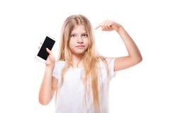 Nettes kleines Mädchen, das intelligentes Telefon verwendet Lokalisiert auf Weiß Lizenzfreies Stockfoto