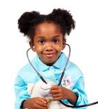 Nettes kleines Mädchen, das mit einem Stethoskop spielt lizenzfreie stockfotografie