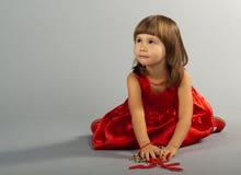 Nettes kleines Mädchen, das mit Halsketten spielt Lizenzfreie Stockfotografie