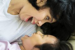 Nettes kleines Mädchen, das mit ihrer Mutter spielt Stockbild