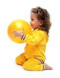 Nettes kleines Mädchen, das mit Kugel spielt Lizenzfreie Stockfotografie