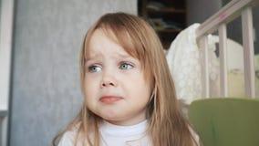 Nettes kleines Mädchen, das schreit, weil sie traurig ist stock video footage