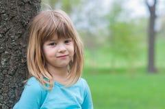Nettes kleines Mädchen, das Spaß in der Natur am schönen Frühlingstag hat Lizenzfreie Stockbilder
