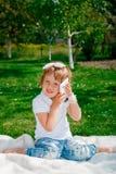 Nettes kleines Mädchen, das am Telefon spricht Stockbilder