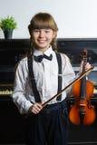 Nettes kleines Mädchen, das Violine spielen und Trainieren Innen Stockfotografie
