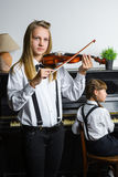 Nettes kleines Mädchen, das Violine und das Trainieren spielt Lizenzfreies Stockfoto