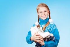 Nettes kleines Mädchen in der blauen warmen Strickjacke, die Zahl Rochen hält Lizenzfreie Stockbilder