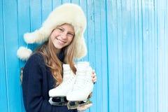 Nettes kleines Mädchen in der warmen Strickjacke und im Hut führt Zahl Rochen Lizenzfreie Stockfotografie