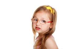 Nettes kleines Mädchen des Porträts in den Gläsern lokalisiert stockbild