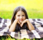 Nettes kleines Mädchen des Sommerporträts Lizenzfreie Stockbilder