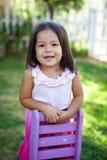 Nettes kleines Mädchen draußen Stockfotografie