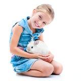 Nettes kleines Mädchen ein weißes Kaninchen Lizenzfreies Stockfoto