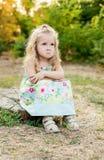 Nettes kleines Mädchen für ein Wegumkippen Stockfoto