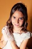 Nettes kleines Mädchen an ihrem ersten Kommunion-Tag Stockfoto