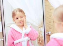 Nettes kleines Mädchen im Badezimmer Stockfotografie