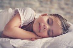 Nettes kleines Mädchen im Bett Stockbilder