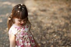 Nettes kleines Mädchen im Freien spielen stockbild