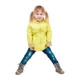 Nettes kleines Mädchen im gelben Mantel Lizenzfreies Stockbild