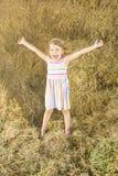Nettes kleines Mädchen im Heuschober Stockfotografie