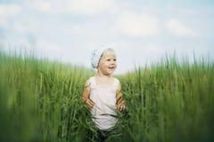 Nettes kleines Mädchen im hohen Gras Stockfotografie