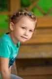 Nettes kleines Mädchen im Park am Sommertag Stockfotos