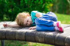 Nettes kleines Mädchen im Park am Sommertag Stockbild