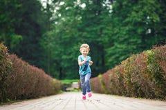 Nettes kleines Mädchen im Park am Sommertag Stockfoto