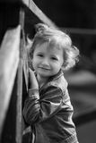 Nettes kleines Mädchen im Park am Sommertag Lizenzfreie Stockfotografie