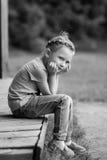 Nettes kleines Mädchen im Park am Sommertag Lizenzfreie Stockbilder