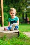 Nettes kleines Mädchen im Park am Sommertag Stockfotografie