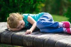 Nettes kleines Mädchen im Park am Sommertag Lizenzfreie Stockfotos