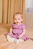 Nettes kleines Mädchen im rosa Kleid auf Hintergrund Lizenzfreies Stockbild