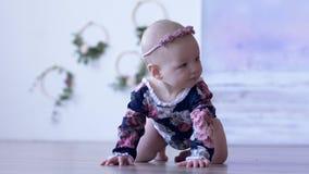 Nettes kleines Mädchen im schönen Kostüm kriecht auf Boden im Raum auf unfocused Hintergrund stock video