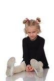 Nettes kleines Mädchen im schwarzen Kleid stockfoto