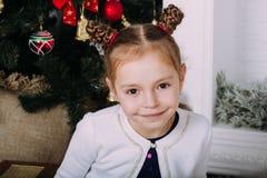 Nettes kleines Mädchen im Studio Stockfotos