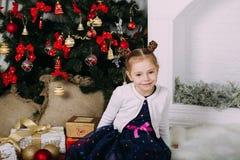Nettes kleines Mädchen im Studio Lizenzfreies Stockfoto