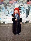 Nettes kleines Mädchen im traditionellen mazedonischen Kostüm Stockbild
