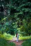 Nettes kleines Mädchen im Wald Stockfotografie