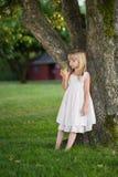 Nettes kleines Mädchen mit Apfel Lizenzfreie Stockbilder