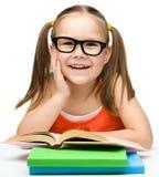 Nettes kleines Mädchen mit Büchern stockbilder