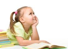 Nettes kleines Mädchen mit Büchern stockfoto