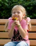 Nettes kleines Mädchen mit Blumen. stockfotografie