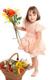 Nettes kleines Mädchen mit Blumen lizenzfreie stockfotografie