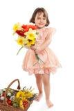 Nettes kleines Mädchen mit Blumen stockfoto