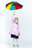 Nettes kleines Mädchen mit buntem Regenschirm Lizenzfreies Stockbild