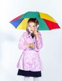Nettes kleines Mädchen mit buntem Regenschirm Lizenzfreie Stockfotografie