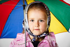 Nettes kleines Mädchen mit buntem Regenschirm Stockfoto